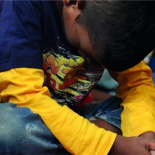 Indischer Junge betet um Schutz