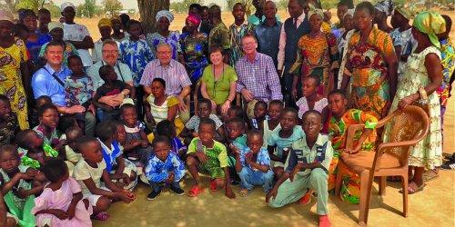 Vertreter der Inter-Mission und Familie Schlott nach dem Gottesdienst