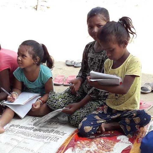 Kinder aus Nepal im Unterricht