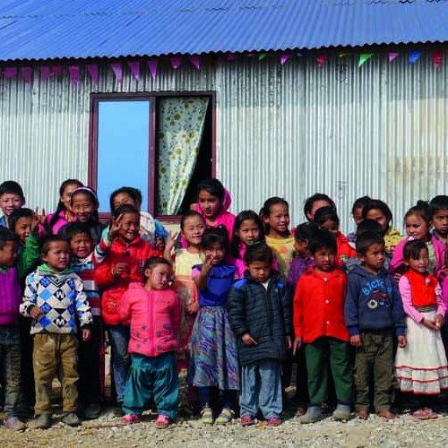 Kinder im Bethsaida Schulintegrationsprojekt in Nepal vor ihrem einfachen Schulgebäude.