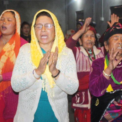 Frauen im Gebet und Lobpreis während des Seminars