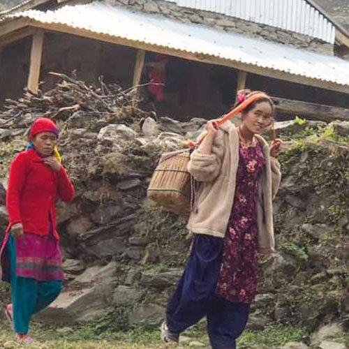 Frauen nehmen lange Wege mit dem Baby auf dem Rücken in Kauf, um am Gesundheits- und Hygieneseminar teilzunehmen