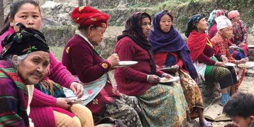 Frauen während einer Pause beim Gesundheits- und Hygieneseminar in den Bergen Nepals